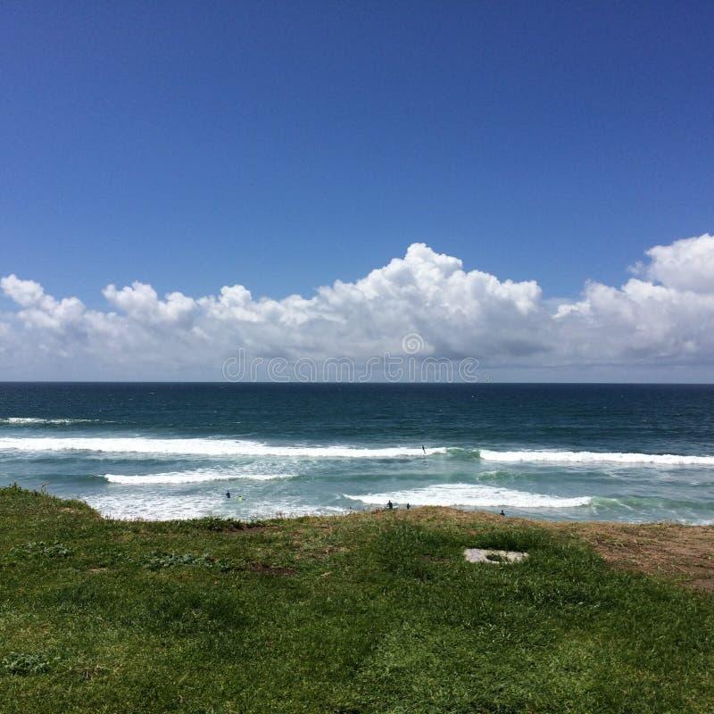 De oceaan van strandcliffside royalty-vrije stock foto