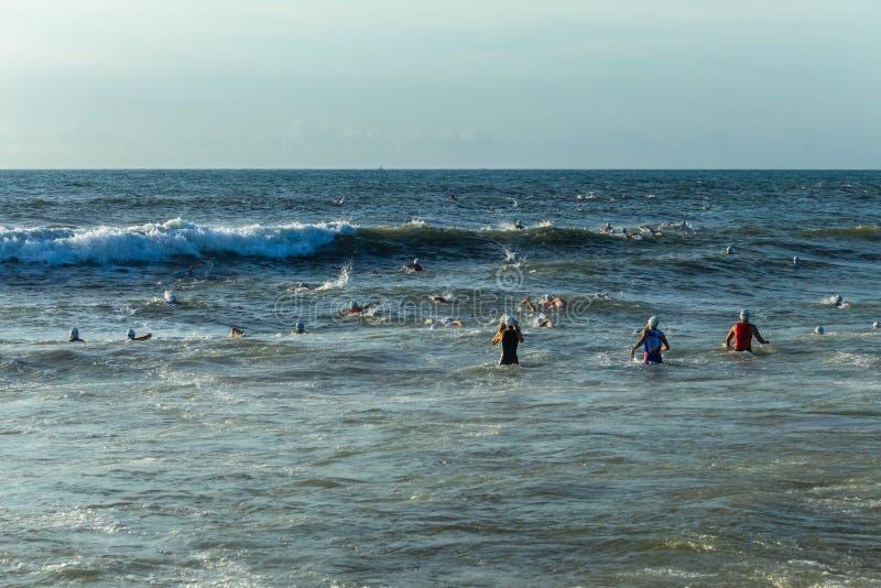 De Oceaan van triatlonchamps zwemt Begin royalty-vrije stock afbeeldingen