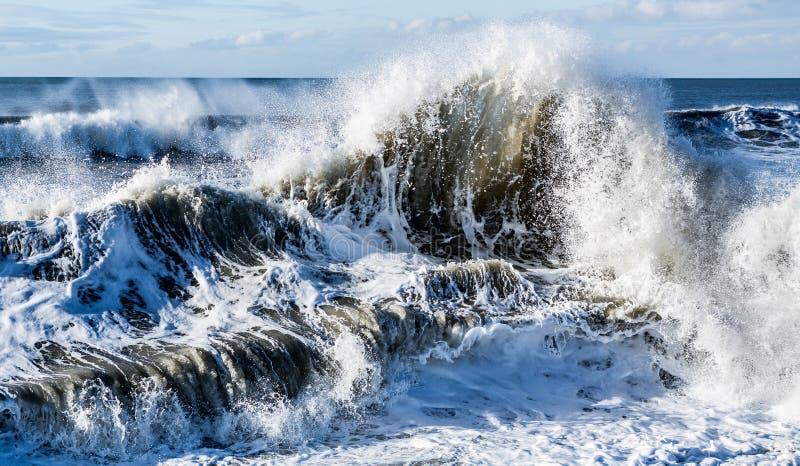 De oceaangolf van zeewater verpletterende tsunami stock afbeeldingen