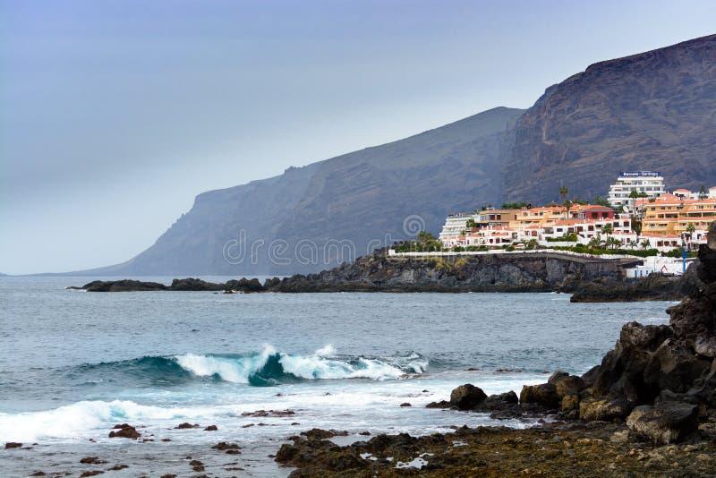 De oceaankustlijn van Rocky Atlantic dichtbij Los Gigantes bij het eiland van Tenerife stock afbeeldingen