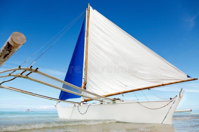 De oceaanmening van de de zomerdag met blauwe overzees en hemel met witte wolken en witte varende boot stock afbeelding