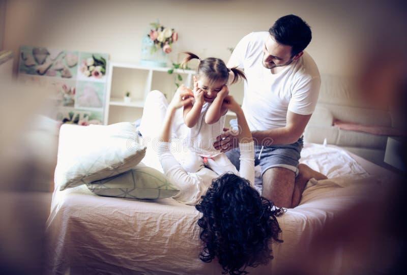 De ochtend is perfecte tijd voor het spelen met familie stock afbeeldingen