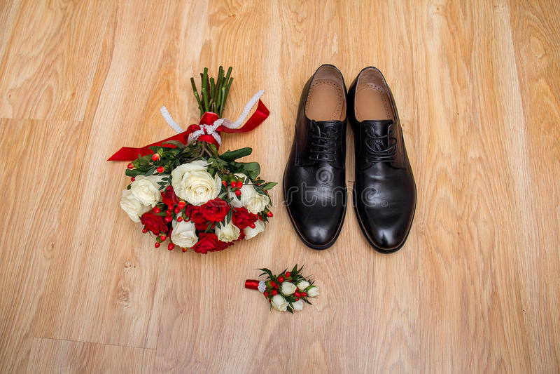 De ochtend van de bruidegom Huwelijkstoebehoren in rode kleuren Schoenen, huwelijksboeket, boutonniere op houten achtergrond royalty-vrije stock afbeelding