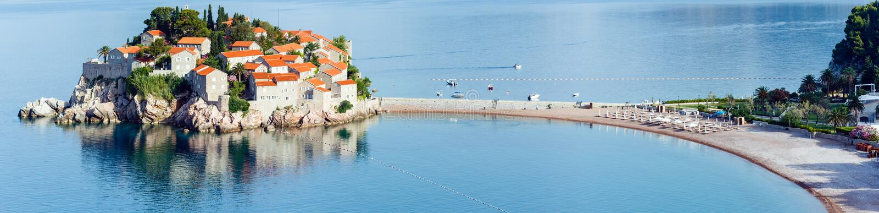 De ochtendmening van overzees van Sveti Stefan eilandje (Montenegro) royalty-vrije stock afbeelding