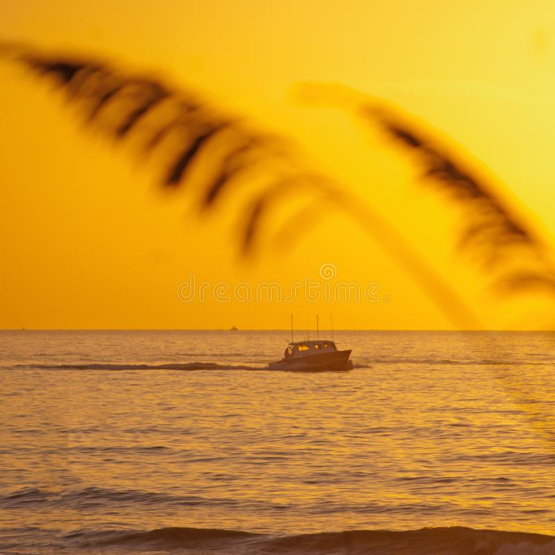 De Ochtendoceaan en Boot 2 van Florida stock afbeelding