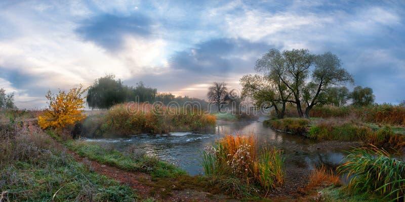 De ochtendrivier van de herfst met mist stock fotografie