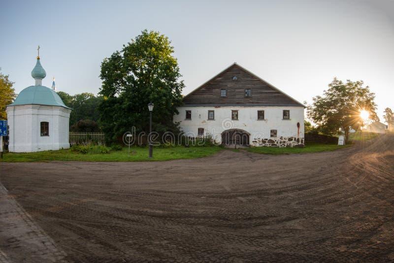 De ochtendstralen van de zon verlichten de oude stallen van het klooster royalty-vrije stock afbeeldingen