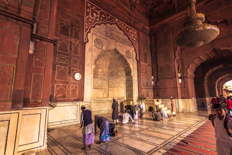 28 de octubre de 2014: Musulmanes que ruegan en Jama Masjid Mosque en N fotografía de archivo libre de regalías