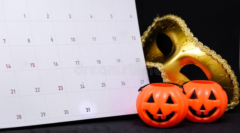 31 de octubre en calendario con la máscara de oro del misterio de la fantasía imagen de archivo libre de regalías