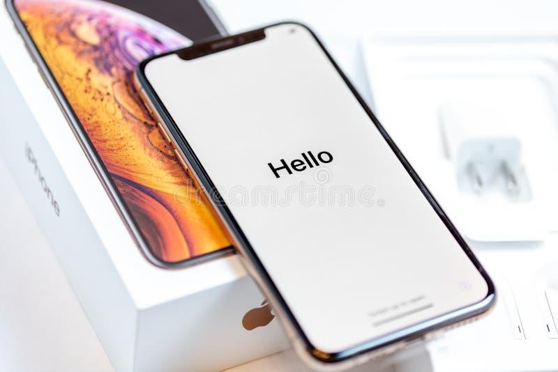 12 de octubre de 2018 - Kiev, Ucrania: El último Iphone XS en la caja abierta en la tabla blanca El smartphone más nuevo de Apple foto de archivo