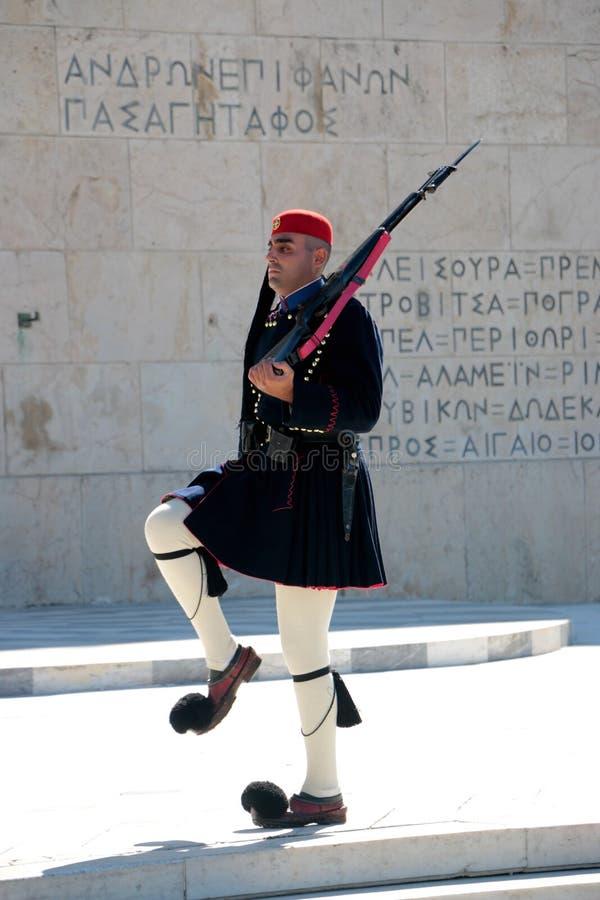 17 de octubre 2017 - los guardias presidenciales de Evzones en el edificio griego del parlamento delante del sintagma ajustan en  imagenes de archivo