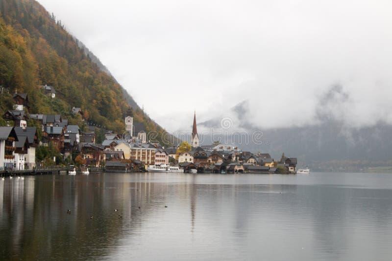 19 de octubre de 2015: Opinión de Hallstatt del lago durante caída fotografía de archivo libre de regalías