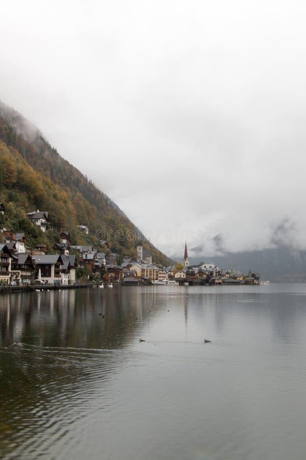 19 de octubre de 2015: Opinión de Hallstatt del lago durante caída imagen de archivo libre de regalías