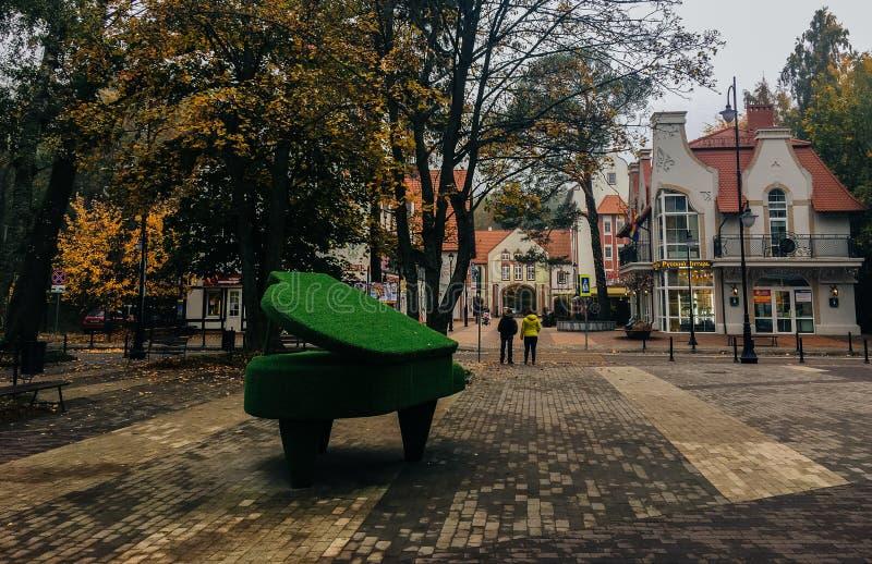 21 de octubre de 2017, Svetlogorsk, región de Kaliningrado, piano de las plantas en la calle foto de archivo