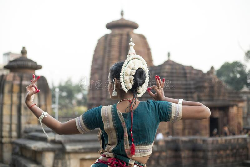 De Odissidanser draagt traditioneel kostuum met handmudra bij Mukteshvara-Tempel, Bhubaneswar, Odisha, India stock foto
