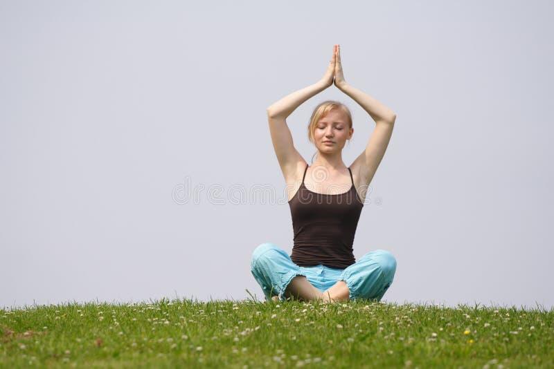 De oefening van de meditatie openlucht stock foto's