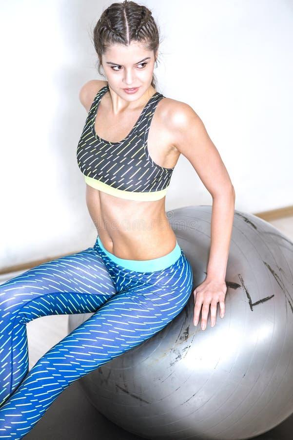 De oefening van de yogabal stock foto