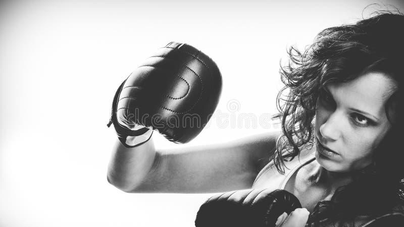 De oefening van het boksermeisje met bokshandschoenen stock fotografie