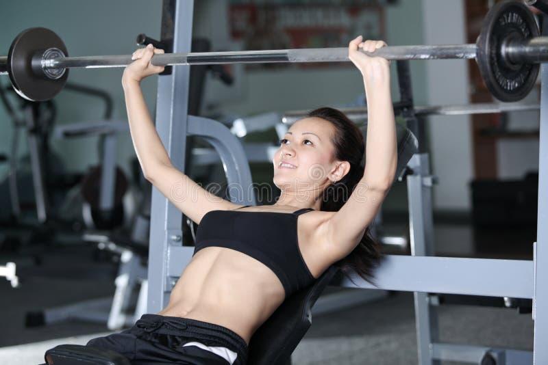 Download De oefeningen van Barbell stock afbeelding. Afbeelding bestaande uit gezond - 29503357