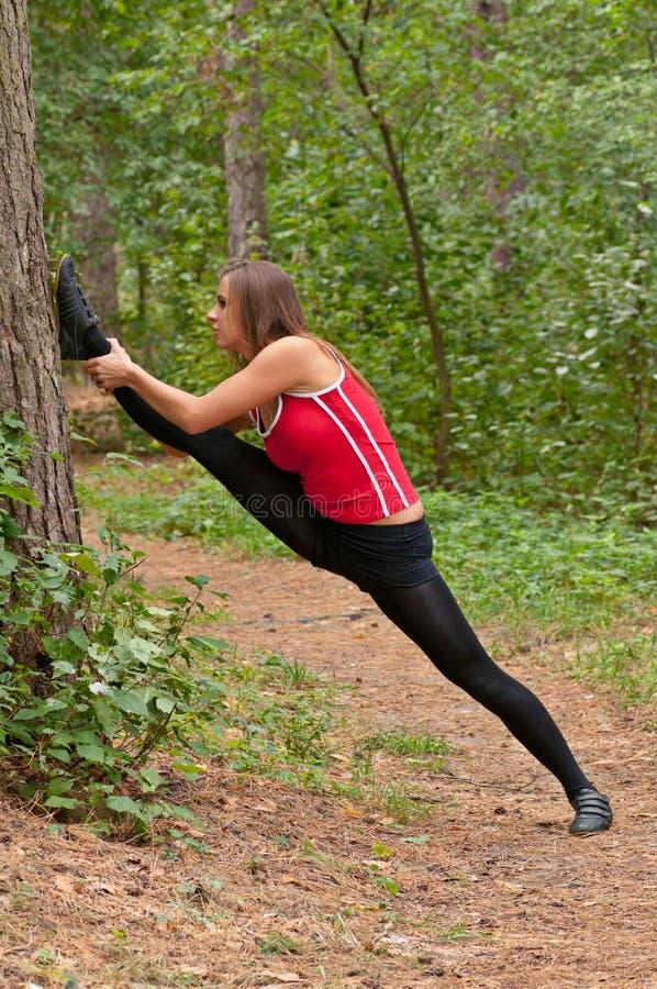 De oefeningen van de ochtend in park stock foto