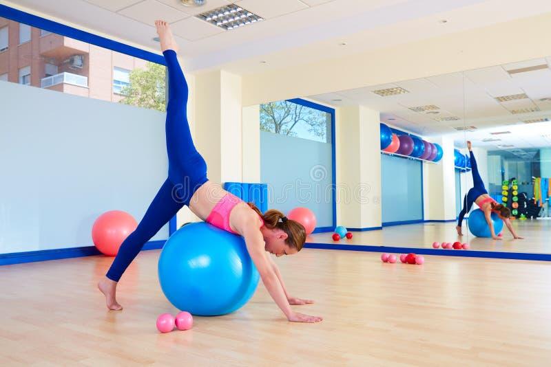 De oefeningstraining van de Pilatesvrouw fitball arabesque stock foto