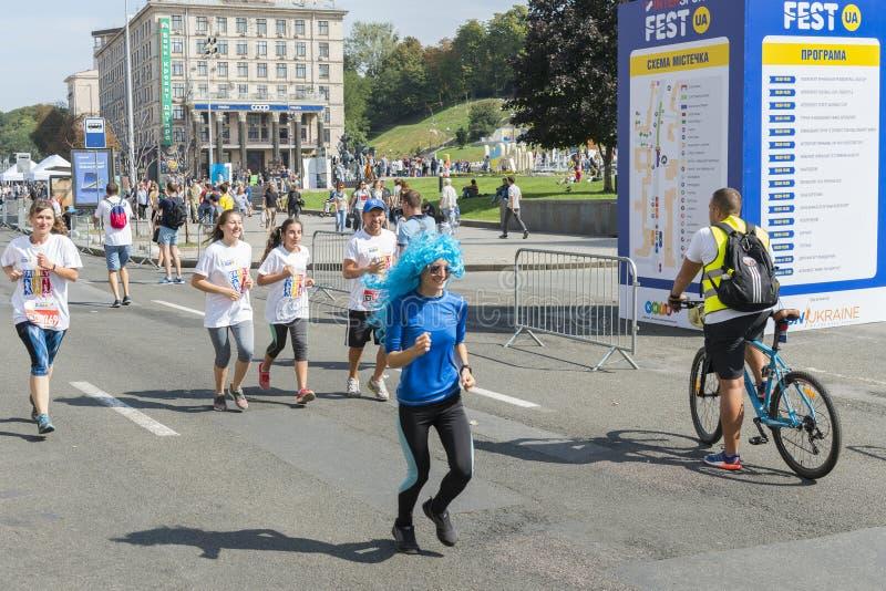 De Oekraïne, Kiev, de Oekraïne 09 09 2018 atleten en amateurs lopen De mensen zijn bezig geweest met het lopen Bevordering van ge stock foto's