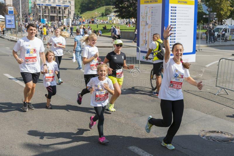 De Oekraïne, Kiev, de Oekraïne 09 09 2018 atleten en amateurs lopen De mensen zijn bezig geweest met het lopen Bevordering van ge royalty-vrije stock foto's