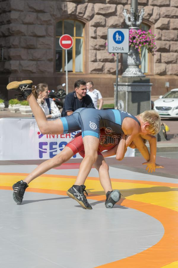 De Oekraïne, Kiev, de Oekraïne 09 09 2018 Indicatieve worstelaars van straatprestaties Bevordering van gezonde levensstijlen jong royalty-vrije stock fotografie
