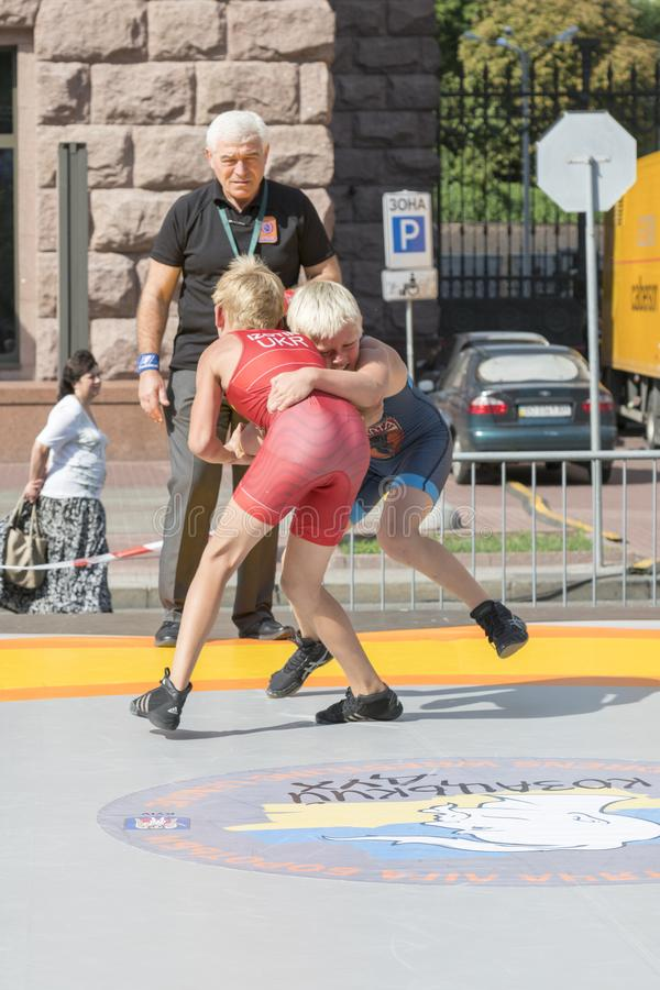 De Oekraïne, Kiev, de Oekraïne 09 09 2018 Indicatieve worstelaars van straatprestaties Bevordering van gezonde levensstijlen jong royalty-vrije stock foto