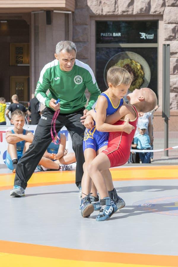 De Oekraïne, Kiev, de Oekraïne 09 09 2018 Indicatieve worstelaars van straatprestaties Bevordering van gezonde levensstijlen jong royalty-vrije stock afbeelding