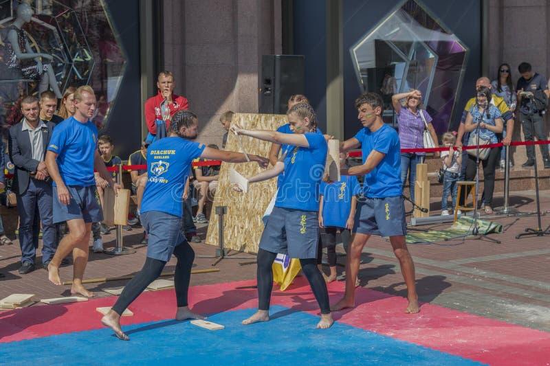 De Oekraïne, Kiev, de Oekraïne 09 09 2018 Indicatieve worstelaars van straatprestaties Bevordering van gezonde levensstijlen Kara stock afbeeldingen