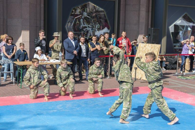 De Oekraïne, Kiev, de Oekraïne 09 09 2018 Indicatieve worstelaars van straatprestaties Bevordering van gezonde levensstijlen Kara royalty-vrije stock fotografie