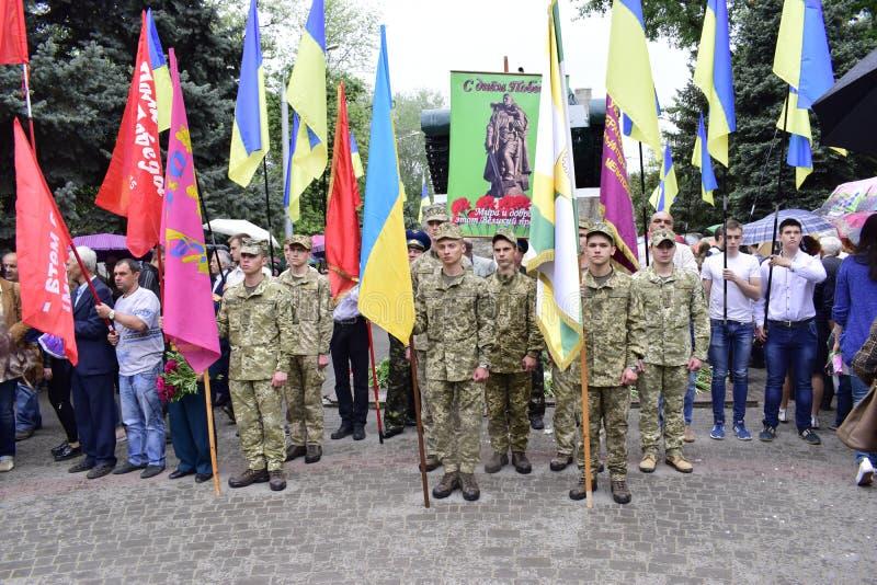 De Oekraïne, Kiev - 05 9 2016: De mensen vieren de dag van overwinning in de straten van de stad, een militaire musicus royalty-vrije stock afbeelding