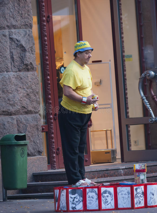 De OEKRAÏNE, KIEV - September 11.2013: De bejaarde clown onderhoudt resi stock afbeelding