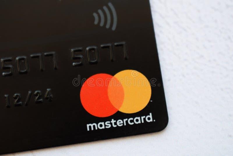 De Oekraïne, Kremenchug - Februari, 2019: Sluit omhoog van de creditcard van Mastercard op de witte achtergrond wordt geïsoleerd  stock afbeeldingen