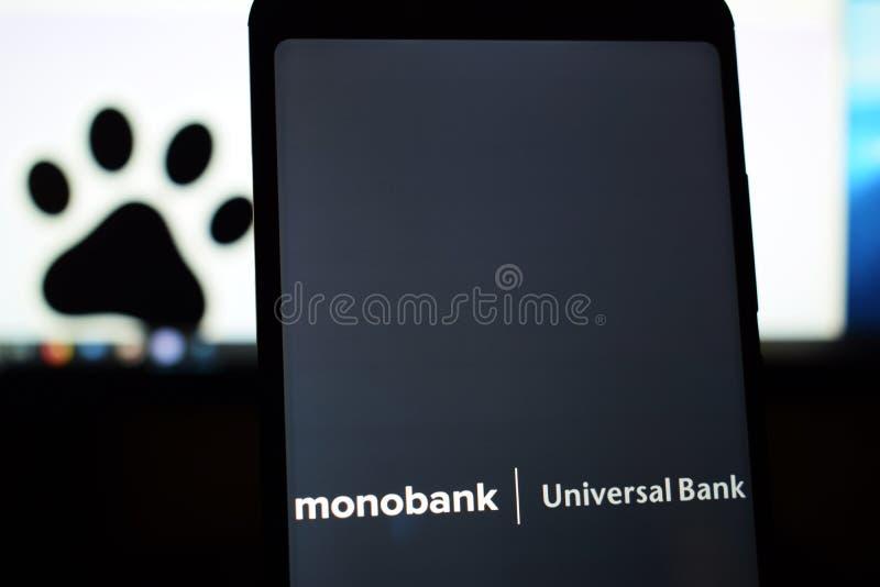De Oekraïne, Kremenchug - Maart, 2019: Embleem van de Monobank het Universele Bank op het telefoonscherm royalty-vrije stock fotografie
