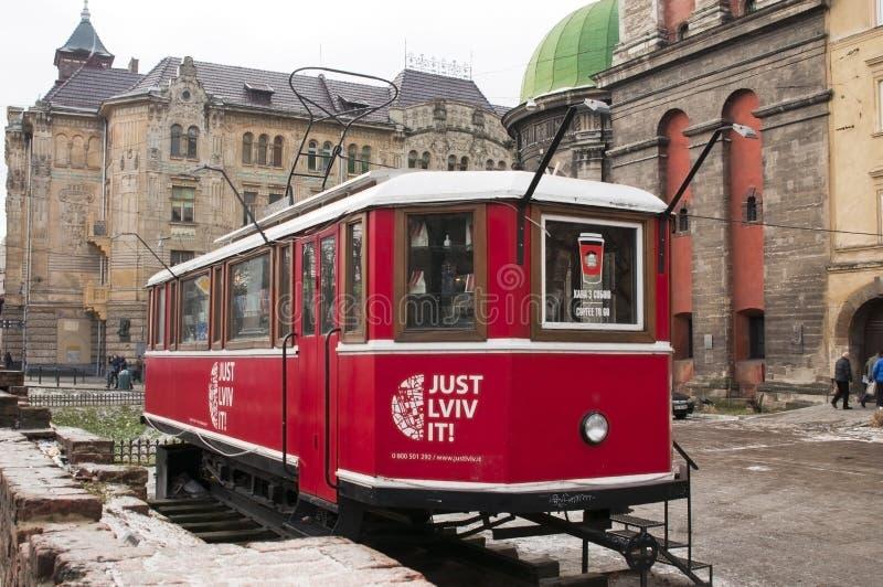 DE OEKRAÏNE, LVIV - 27 DECEMBER, 2016: Lviv rode tram die een toeristische winkel is om verschillende herinneringen, kaarten en p stock fotografie