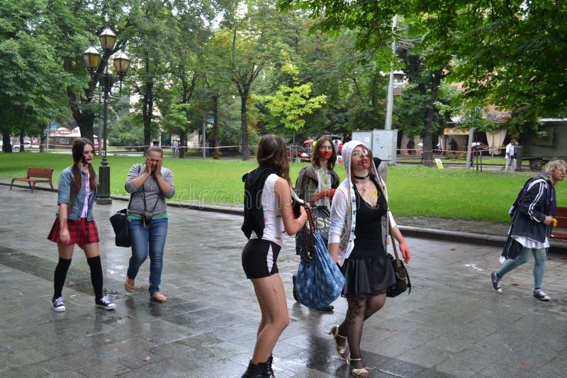 De OEKRAÏNE, 15,2015 lviv-Juli: Groep tieners die als zombieën wordt vermomd die door de straten van Lviv lopen royalty-vrije stock afbeelding
