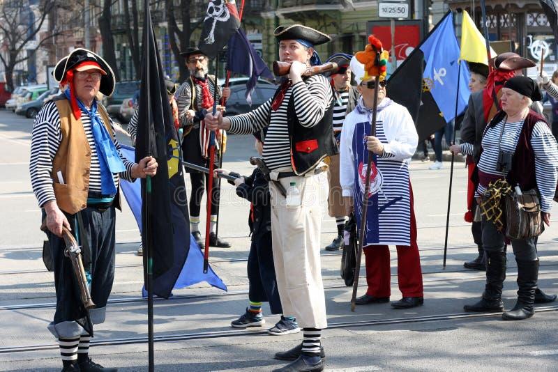 De Oekraïne, Odessa - April 1, 2019, een kostuumparade gewijd aan de Dag van Gelach en Humeur Humorinamensen in piraatkostuums stock afbeeldingen