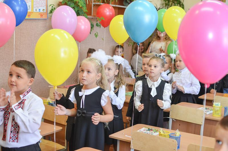 DE OEKRAÏNE, 1 ODESSA-SEPTEMBER, 2017: Kinderen eerste-nivelleermachines op school royalty-vrije stock foto