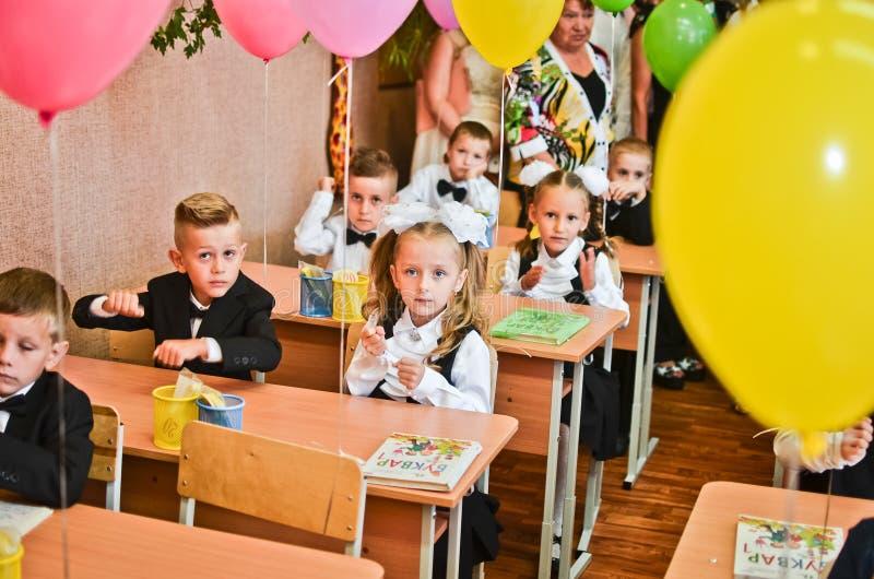 DE OEKRAÏNE, 1 ODESSA-SEPTEMBER, 2017: Kinderen eerste-nivelleermachines op school stock foto's