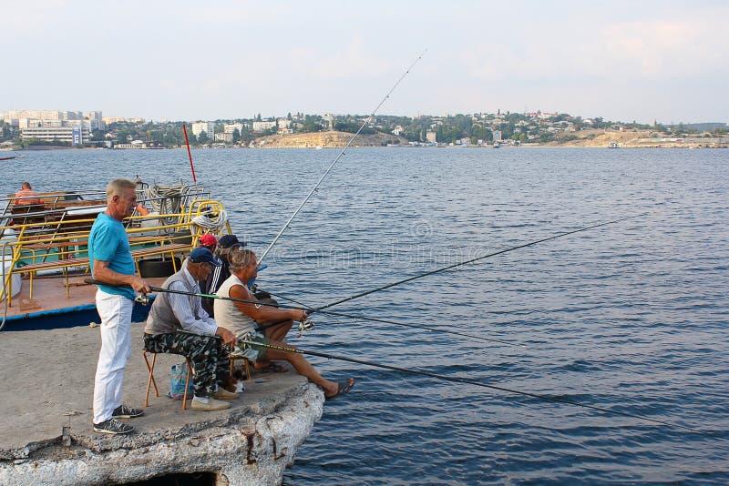 De Oekraïne, Sebastopol - September 04, 2011: De mensen gaan vissend in stock fotografie