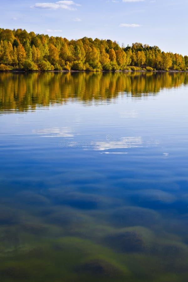 De oever van de herfst met mooie wolken royalty-vrije stock foto