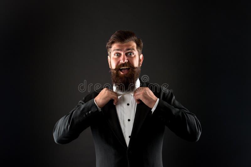 De officiële code van de gebeurteniskleding Klassieke stijl Klassieke uitrusting Perfecte bruidegom Gebaarde mens met vlinderdas  royalty-vrije stock foto's