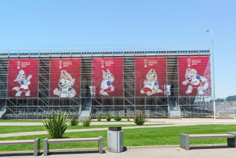 De Officiële mascotte van de wereldbeker 2018 van FIFA gehouden in Rusland, op banners in het Olympische Park Voorbereidingen voo royalty-vrije stock afbeelding