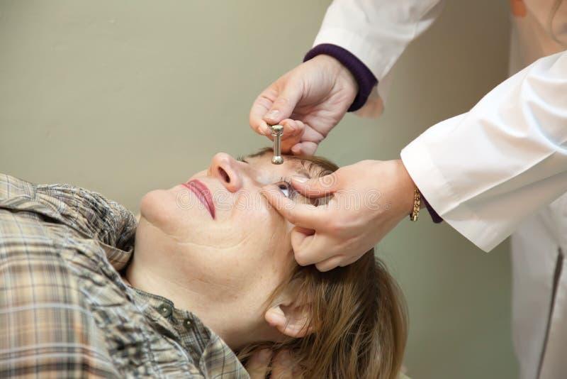 De oftalmoloog meet de oculaire spanning royalty-vrije stock foto