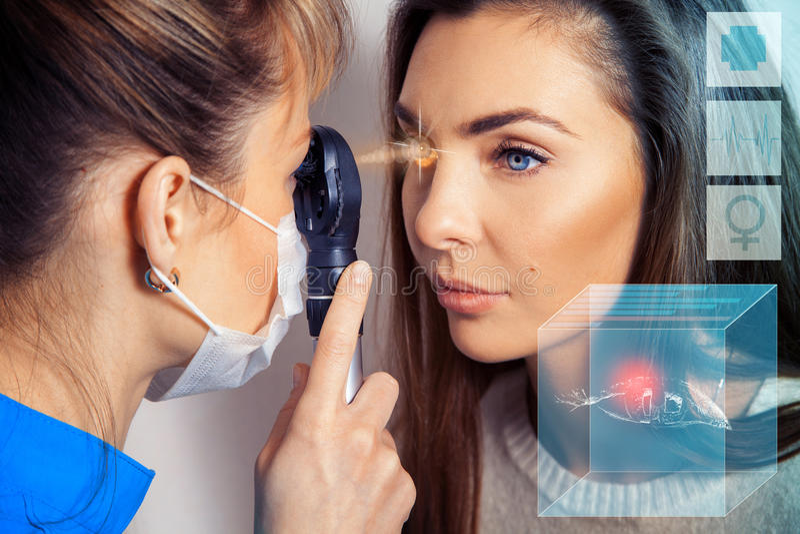 De oftalmoloog onderzoekt de ogen gebruikend een oog devic laser stock afbeeldingen