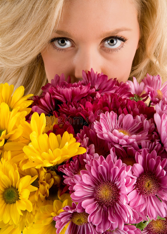 De Ogen die van de mooie Vrouw over Bloemen kijken royalty-vrije stock foto's