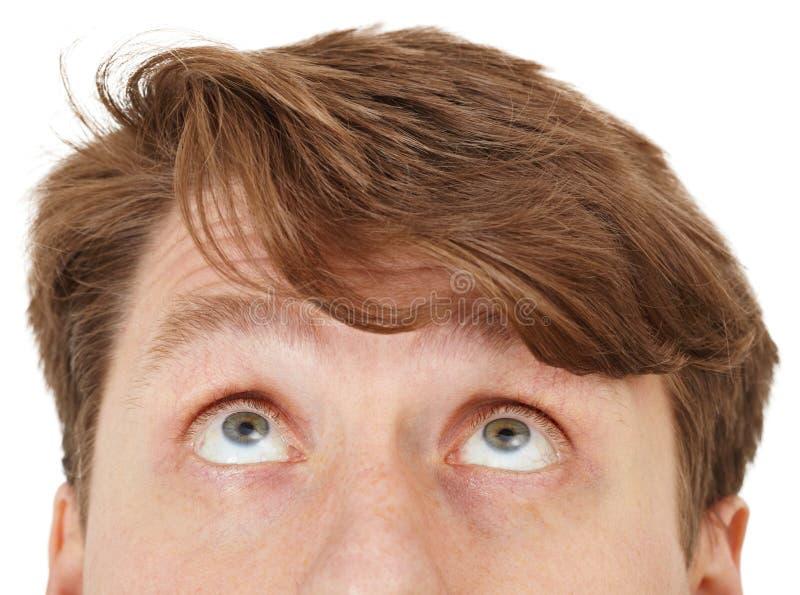 De ogen van de mens kijken upwards, omhoog sluiten stock afbeelding