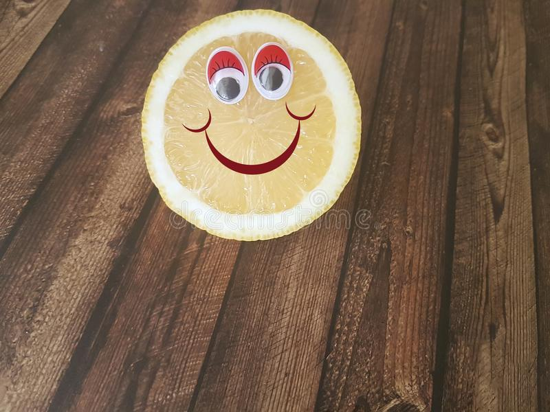 De ogen van het citroenbeeldverhaal op houten, kinderen` s menu, stock foto's